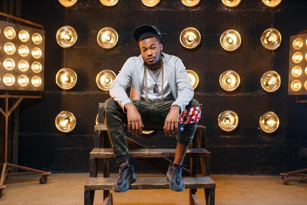 Schwarzer rapper in mützenposen, leistung auf der bühne