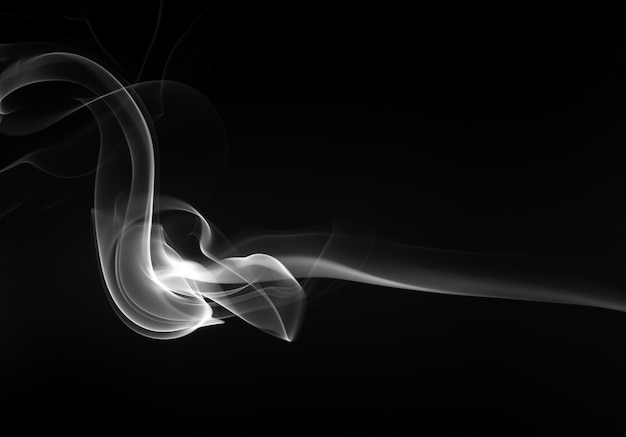 Schwarzer rauch auf schwarzem hintergrund, dunkelheitskonzept