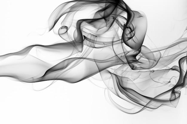 Schwarzer rauch auf weißem hintergrund, bewegung des feuers
