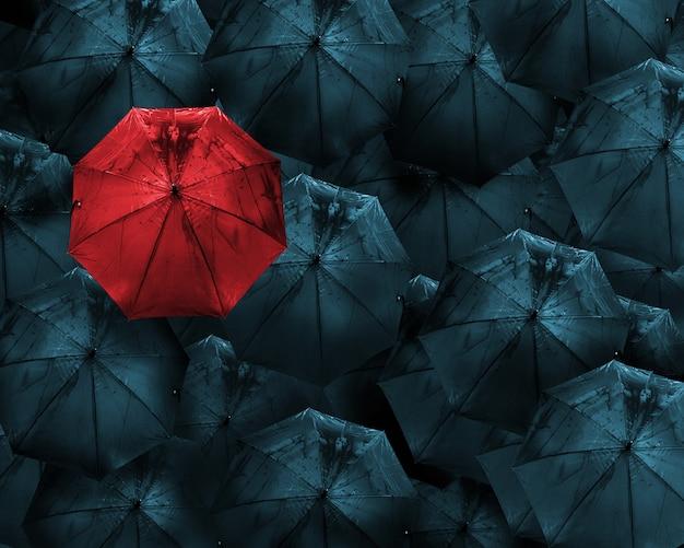 Schwarzer regenschirm und wassertropfen auf weiß