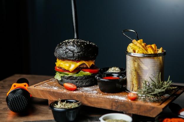 Schwarzer rindfleischburger mit pommes frites