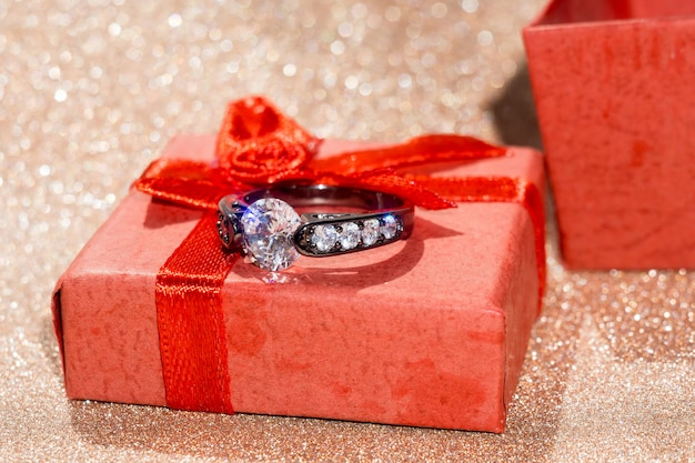 Schwarzer ring und geschenkbox