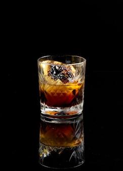 Schwarzer russischer cocktail lokalisiert auf einem schwarzen hintergrund.