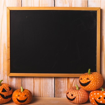 Schwarzer schreibtisch in der nähe von weichen halloween-spielzeug
