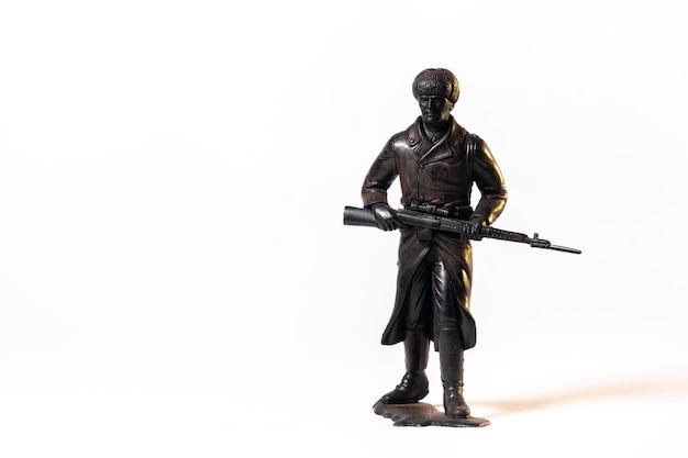 Schwarzer soldat des weinlese-spielzeugs lokalisiert auf weißem hintergrund.