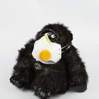 Schwarzer spielzeugaffe in einer schutzmaske