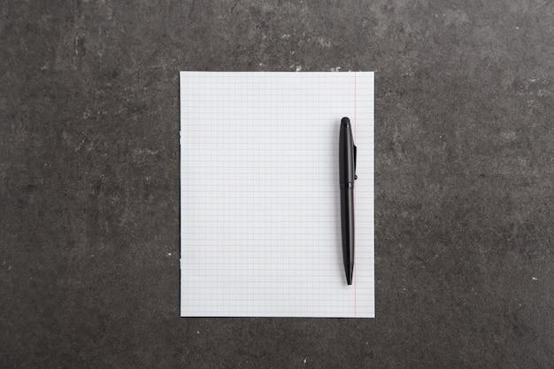 Schwarzer stift auf dokumenten auf einer grauen tabelle