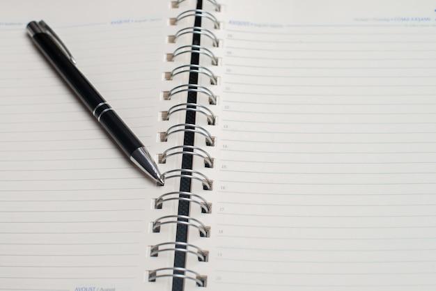 Schwarzer stift mit notizbuch