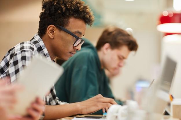 Schwarzer student konzentrierte sich auf das codieren