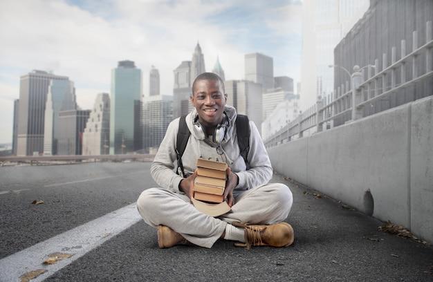Schwarzer studentenkerl mit büchern