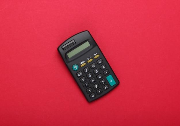 Schwarzer taschenrechner auf einem roten.