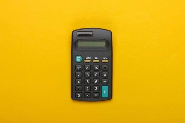 Schwarzer taschenrechner auf gelb.