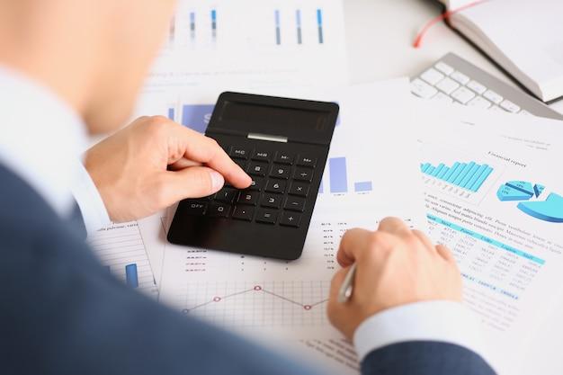 Schwarzer taschenrechner und finanzstatistik zu infografiken