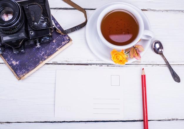 Schwarzer tee in einer weißen runden tasse