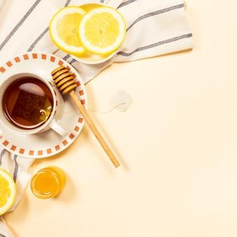 Schwarzer tee mit honig und frischer zitronenscheibe