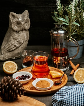 Schwarzer tee mit keks und marmelade