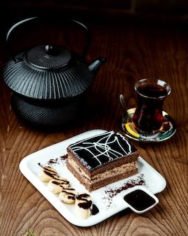 Schwarzer tee mit kuchen auf dem tisch
