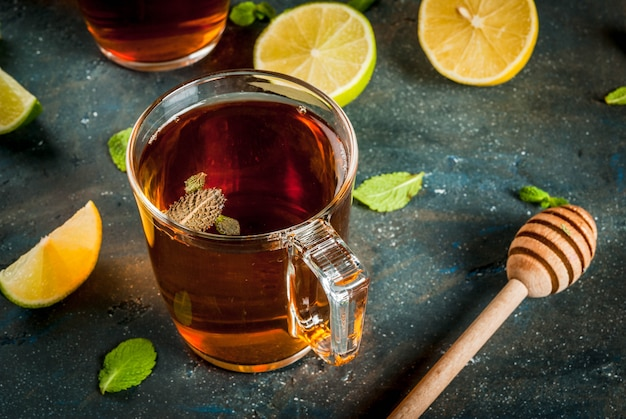 Schwarzer tee mit zitrone und minze