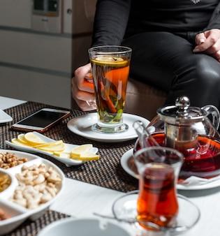 Schwarzer tee mit zitrone und zimt