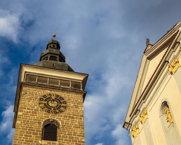 Schwarzer turm mit uhr und dramatischem bewölktem himmel in ceske budejovice, tschechische republik