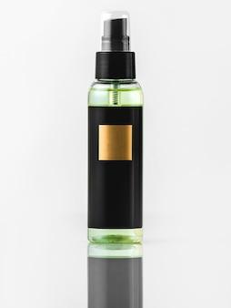 Schwarzer und goldener duft der schwarzen flasche der vorderansicht lokalisiert auf der weißen wand