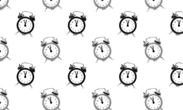 Schwarzer und grauer weinlesewecker zeigt 12 uhr lokalisiert auf weißem hintergrund. wach auf und beeil dich. heißer verkauf, endpreis, letzte chance. countdown bis mitternacht neujahr. nahtloses muster.