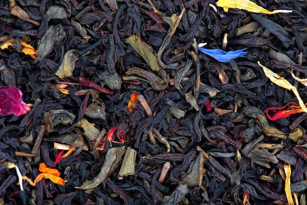 Schwarzer und grüner ceylon-tee mit trockenen blüten