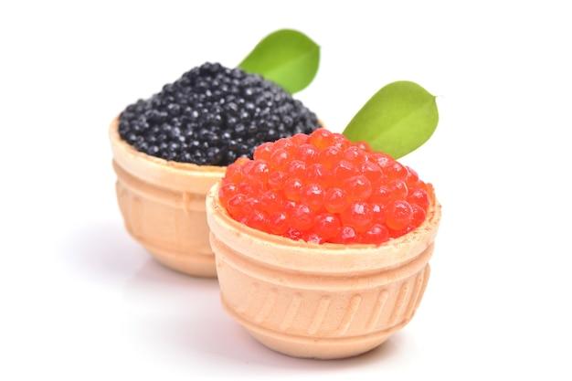 Schwarzer und roter kaviar isoliert