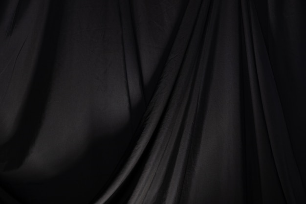 Schwarzer vorhang drapieren welle mit studiobeleuchtung