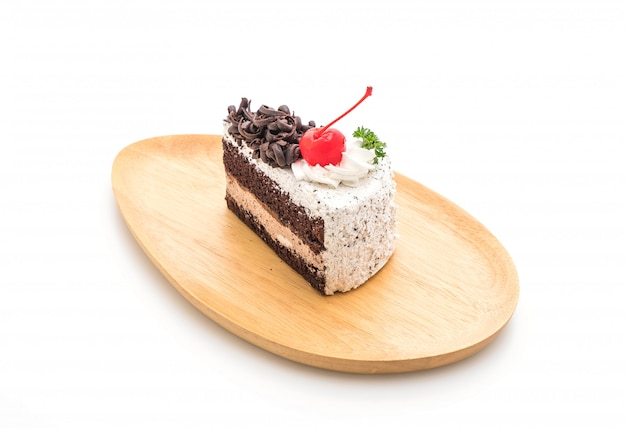 Schwarzer waldkuchen auf weißem hintergrund