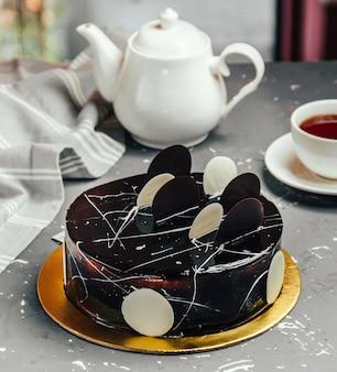 Schwarzer weißer schokoladenkuchen auf dem tisch