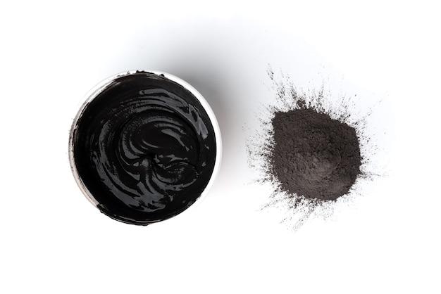 Schwarzer zementmörtel zum füllen von lücken zwischen den auf weißem hintergrund isolierten keramikfliesen.