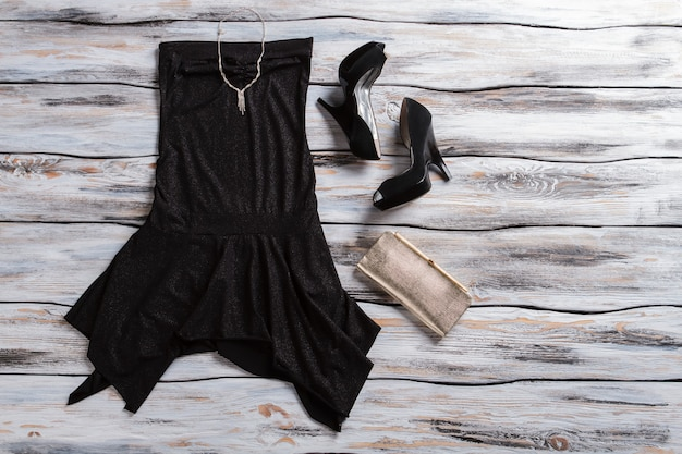 Schwarzes abendkleid und absätze silberne clutch mit kleid damen dunkles outfit mit schmuckqualität...