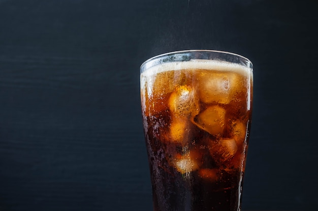 Schwarzes alkoholfreies getränk auffrischung und cola auf dem tisch