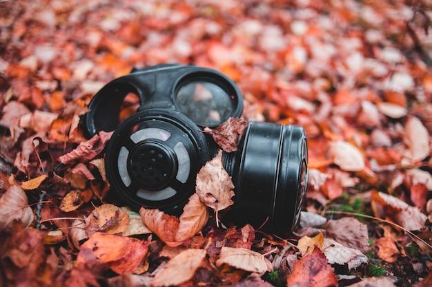 Schwarzes atemschutzgerät auf gras