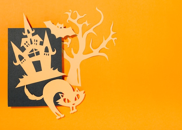 Schwarzes blatt mit halloween-dekorationen