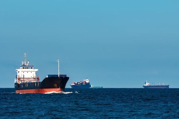 Schwarzes bulkerschiff. logistik- und warentransporte