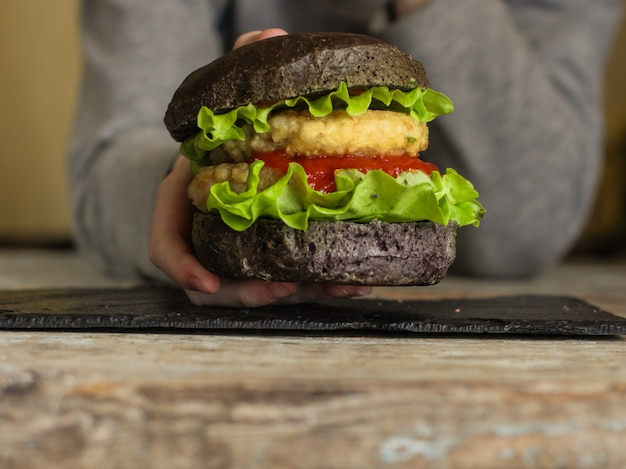 Schwarzes burger-menü-konzept. essen hintergrund