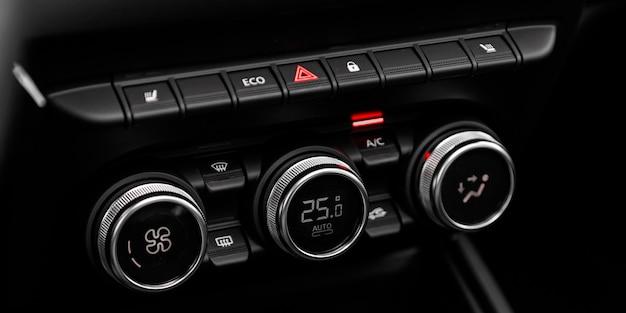 Schwarzes detail mit dem klimaanlagenknopf in einem auto.