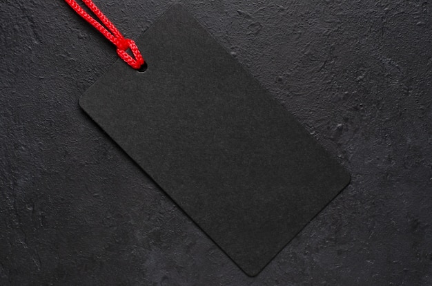 Schwarzes etikett hängt. konzept der weihnachtsverkäufe am schwarzen freitag.