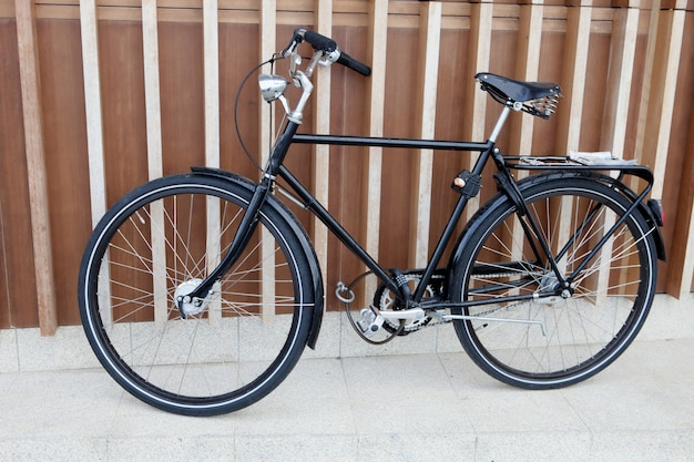Schwarzes fahrrad gestützt auf einer modernen wand