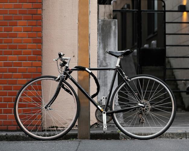 Schwarzes fahrrad mit silbernen details im freien