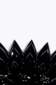 Schwarzes ferromagnetisches flüssiges metall der nahaufnahme mit kopienraum