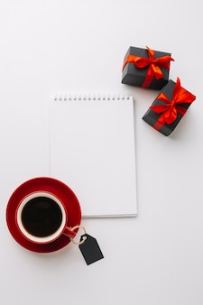 Schwarzes freitag-notizbuchmodell mit kaffee