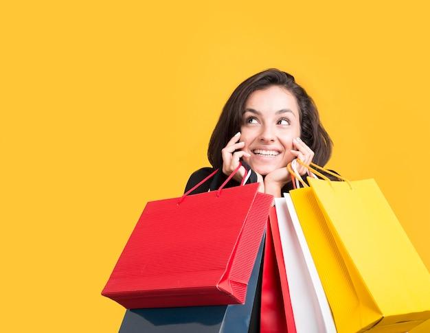 Schwarzes freitag-verkaufsmodell, das durch einkaufstaschen bedeckt wird