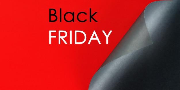 Schwarzes gefaltetes blatt papier, die aufschrift black friday auf rotem grund