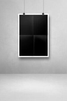 Schwarzes gefaltetes poster, das mit clips an einer sauberen wand hängt. leere mockup-vorlage