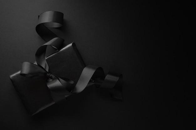 Schwarzes geschenk auf dunkelheit