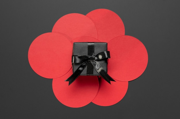 Schwarzes geschenk auf roten kreisen