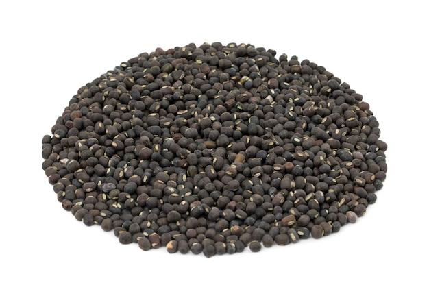 Schwarzes gramm oder schwarzer mungo auf weißem hintergrund